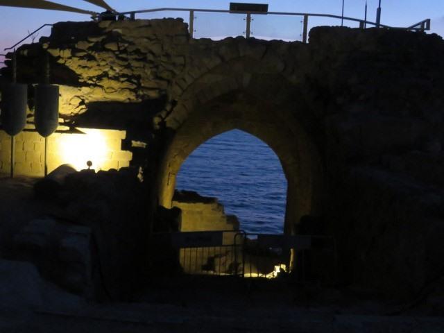 במבצר צלבני מול השקיעה